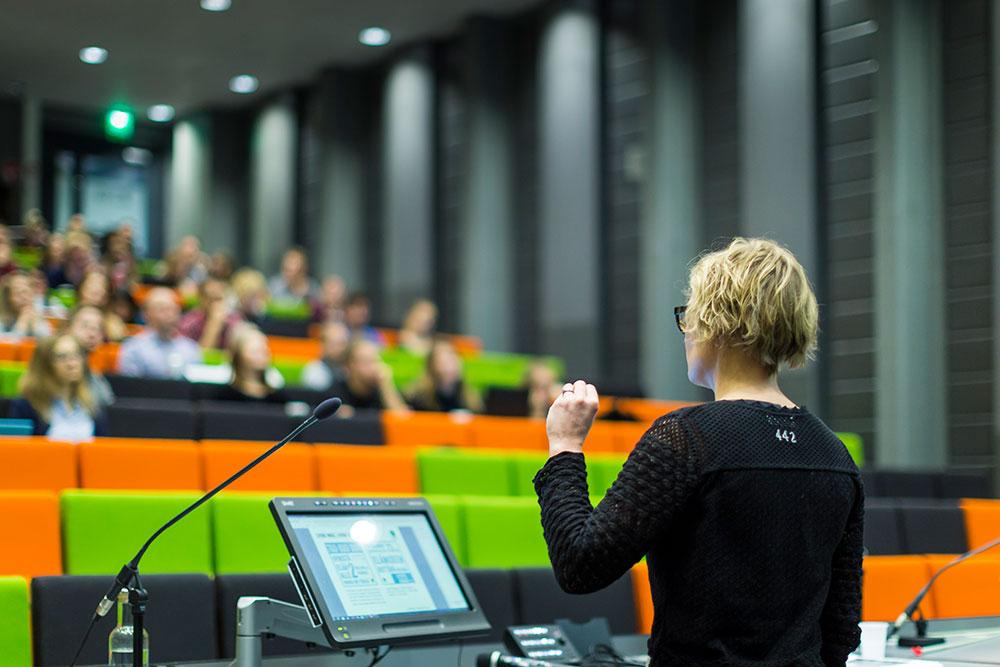 Yritykset ovat läsnä opiskelijan elämässä vierailijaluennoilla ja rekrytapahtumissa.